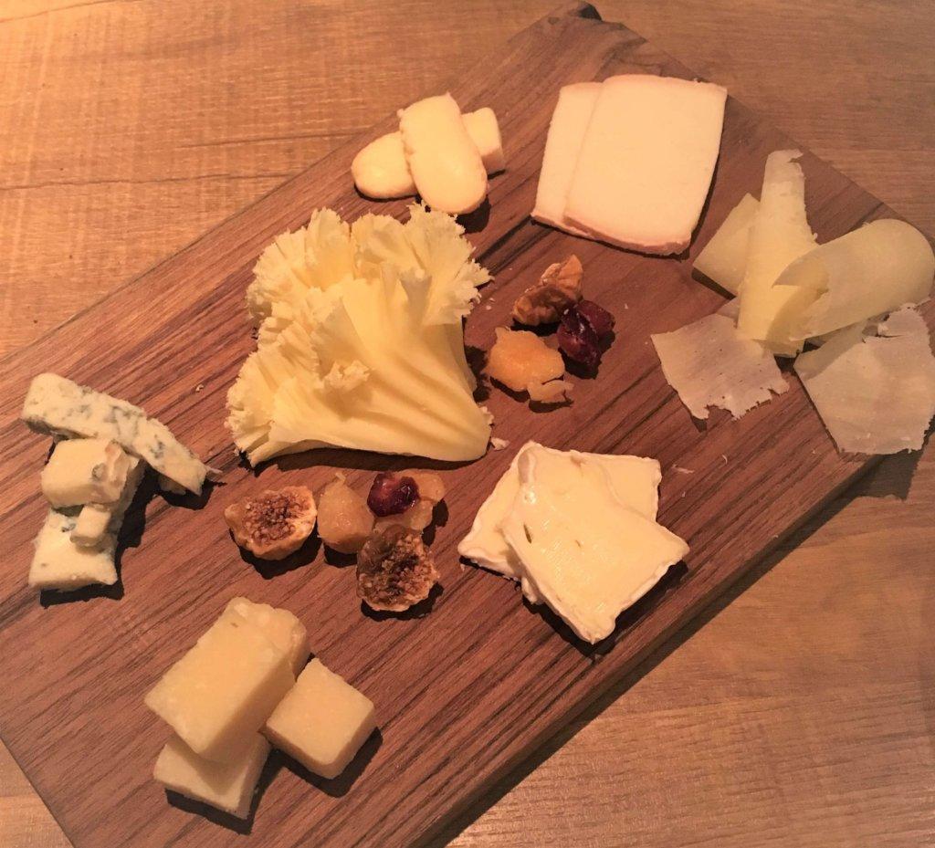 「ディプント」の「7種類のチーズ盛り合わせ(1,800円)」フランス・イタリア・スイス・国産のチーズにドライフルーツも付いてます。