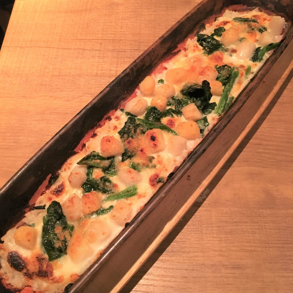 「ディプント」の「貝柱と北海道4種チーズの焼きリゾット(1,000円)」チーズたっぷり、ミルキーで濃厚な味わいと貝柱の旨みがたまりません。
