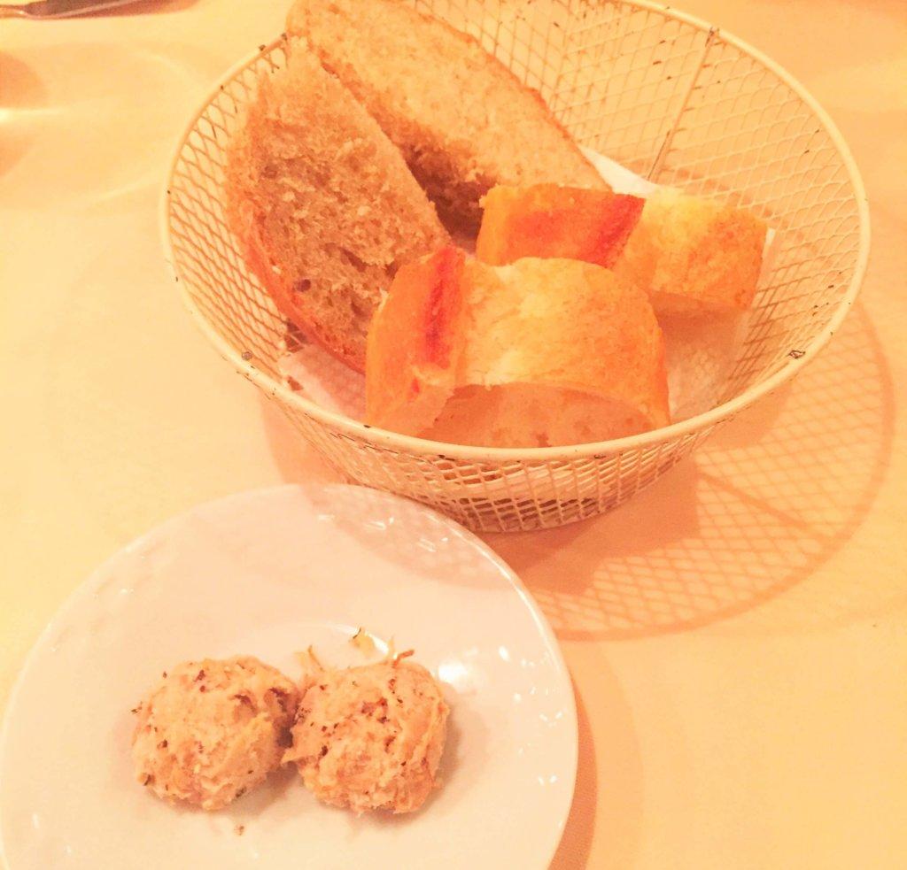 「パリのワイン食堂」のアミューズ「吉田豚のリエットとパン2種」豚の旨みがしっかりと感じられるリエットにパンが進みます。