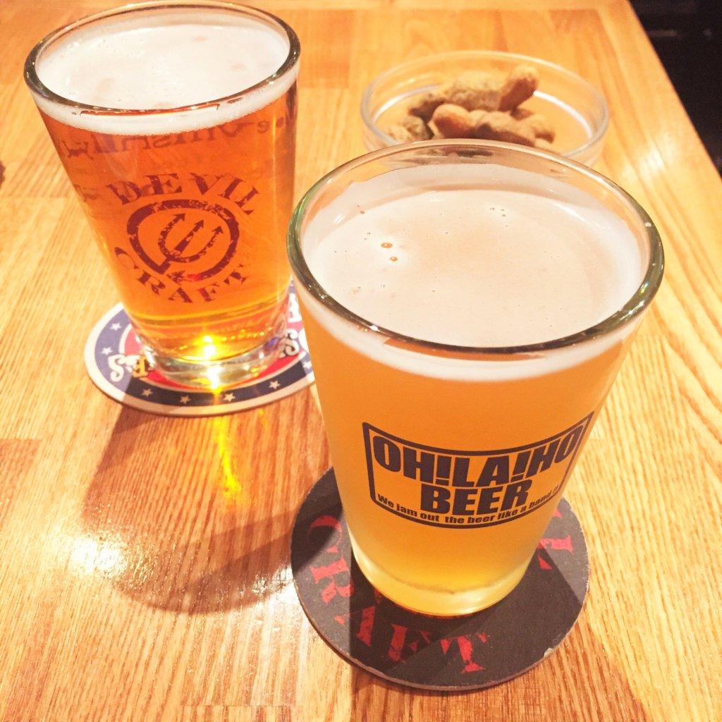 「デビルクラフト浜松町店」の「クラフトビール(ハーフサイズ260ml 650円~)」右が「門司港ヴァイツェン(650円)」左が「デビルクラフトオリジナル アファブル イーブル セッションIPA(650円)」