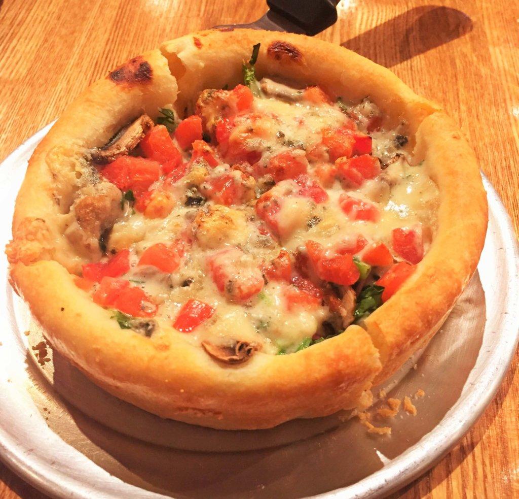 「デビルクラフト浜松町店」のシカゴピザ「ブルーベルベット(Sサイズ1,700円)」スペシャルブルーチーズソースが後を引く美味しさです。