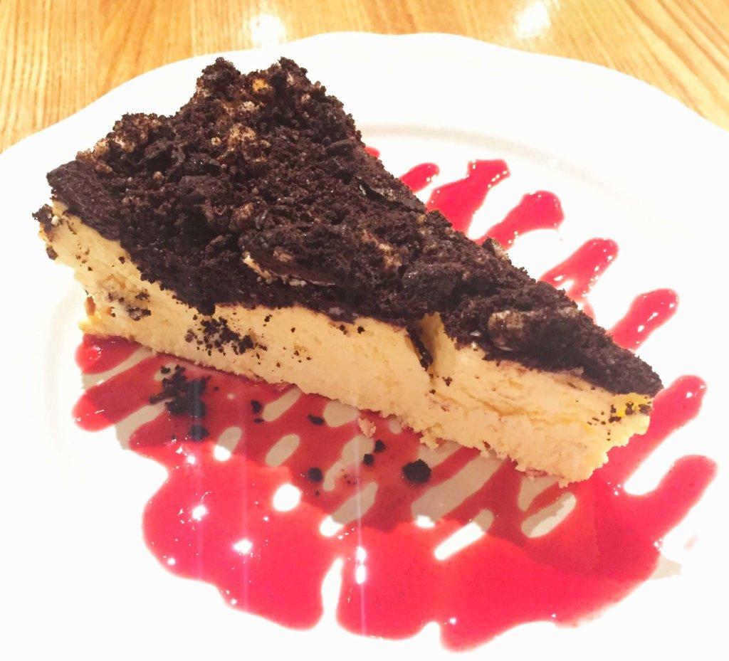 「デビルクラフト浜松町店」の「デビルズ ディケイデンス ベイクドチーズケーキ(600円)」濃厚ですがレモンの酸味が効いていて後味爽やか。