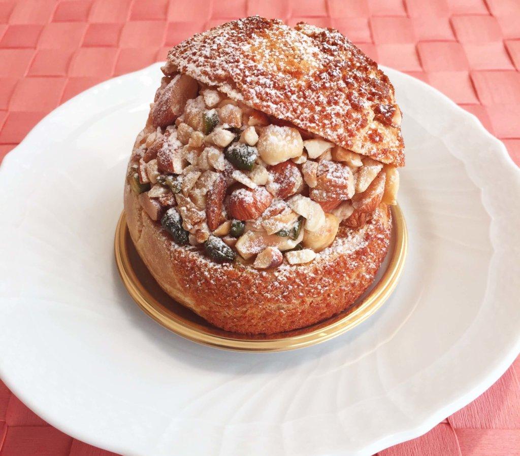 「トシ・ヨロイヅカ」の「シュー・ペイザンヌ(490円)」ナッツ好きにはたまらない美味しさ。