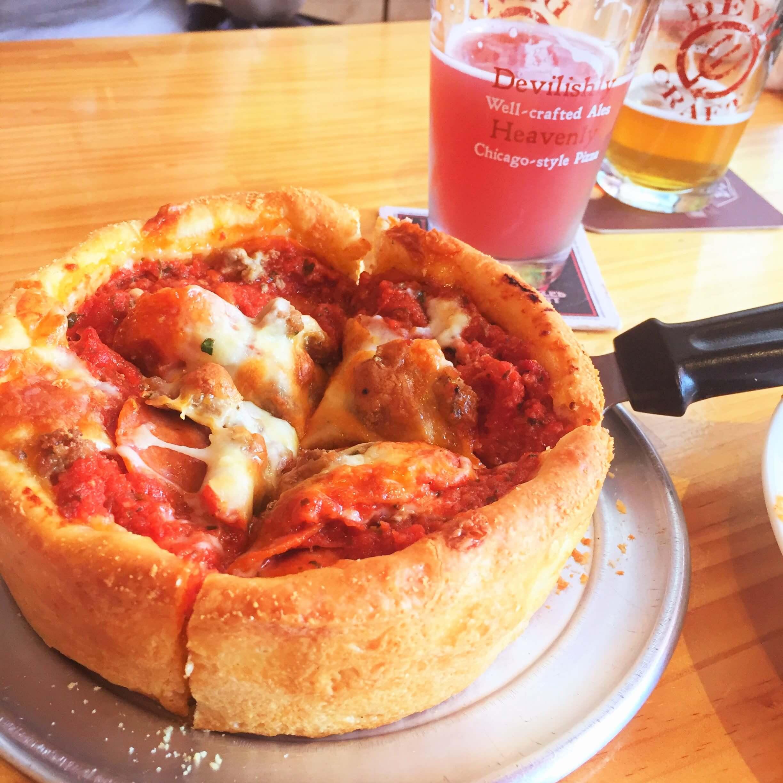 「デビルクラフト浜松町店」のシカゴピザ「ミッツァ(Sサイズ1,950円)」と「クラフトビール(ハーフサイズ260ml 650円~)」ミラノサラミ, ナポリサラミ, ペパロニ, 自家製ソーセージ, モッツァレラチーズなどたっぷりの具材が入ったシカゴピザは、まさにアメリカンなボリューム。圧巻です!女性2人なら1つで丁度良いです。ビールによく合います。