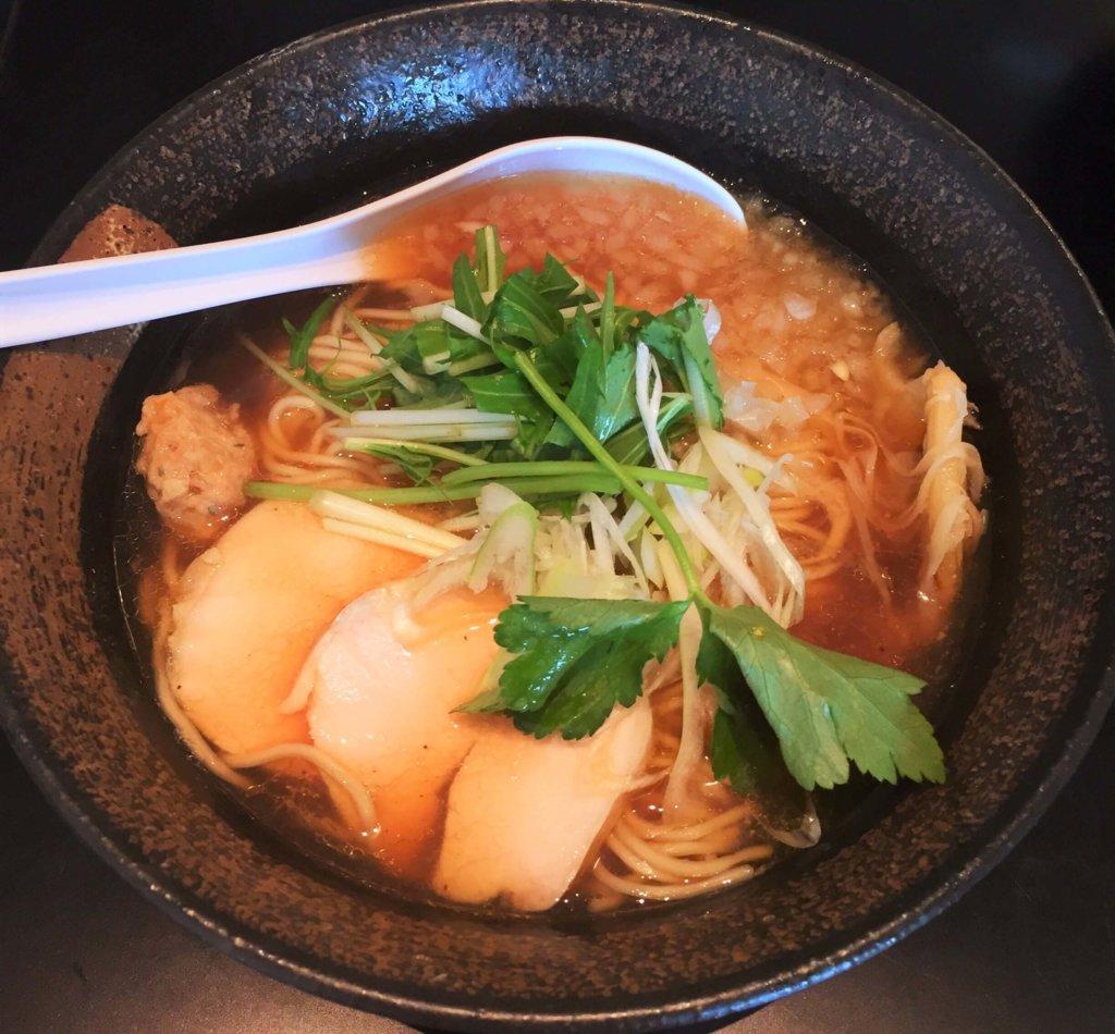 「麵屋武一汐留シティセンター店」の「和風煮干し鶏そば(700円)」あっさりしたスープで優しい味わい。