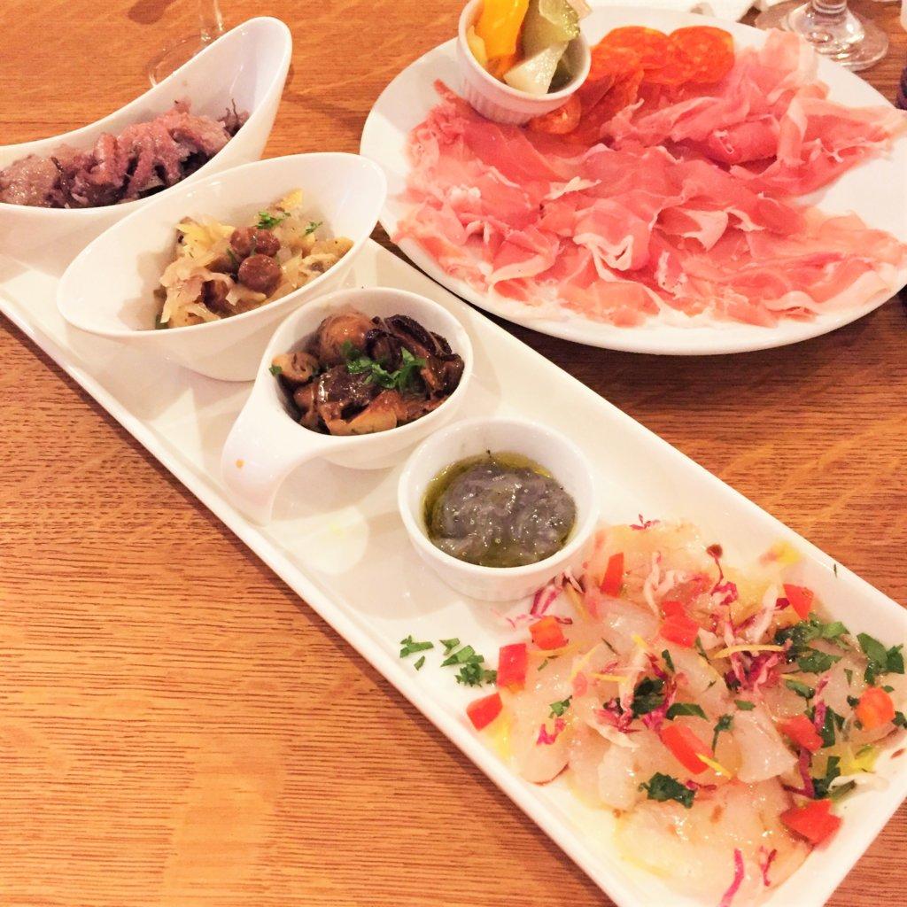 「バンカレッラジョイア」の「新鮮旬魚介の前菜5種盛り1,490円」ワインが進みます♪