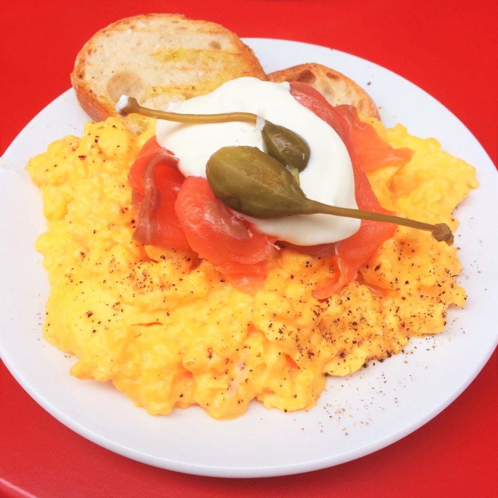 東京ミッドタウン日比谷1F「Buvette(ブヴェット)」の「スチームエッグ&トースト サーモンフュメ(1,800円)」