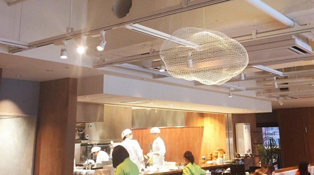 「ティム・ホー・ワン(添好運 / Tim Ho Wan)」の店内の様子。オープンキッチンの中には点心師が15名ほどいました。