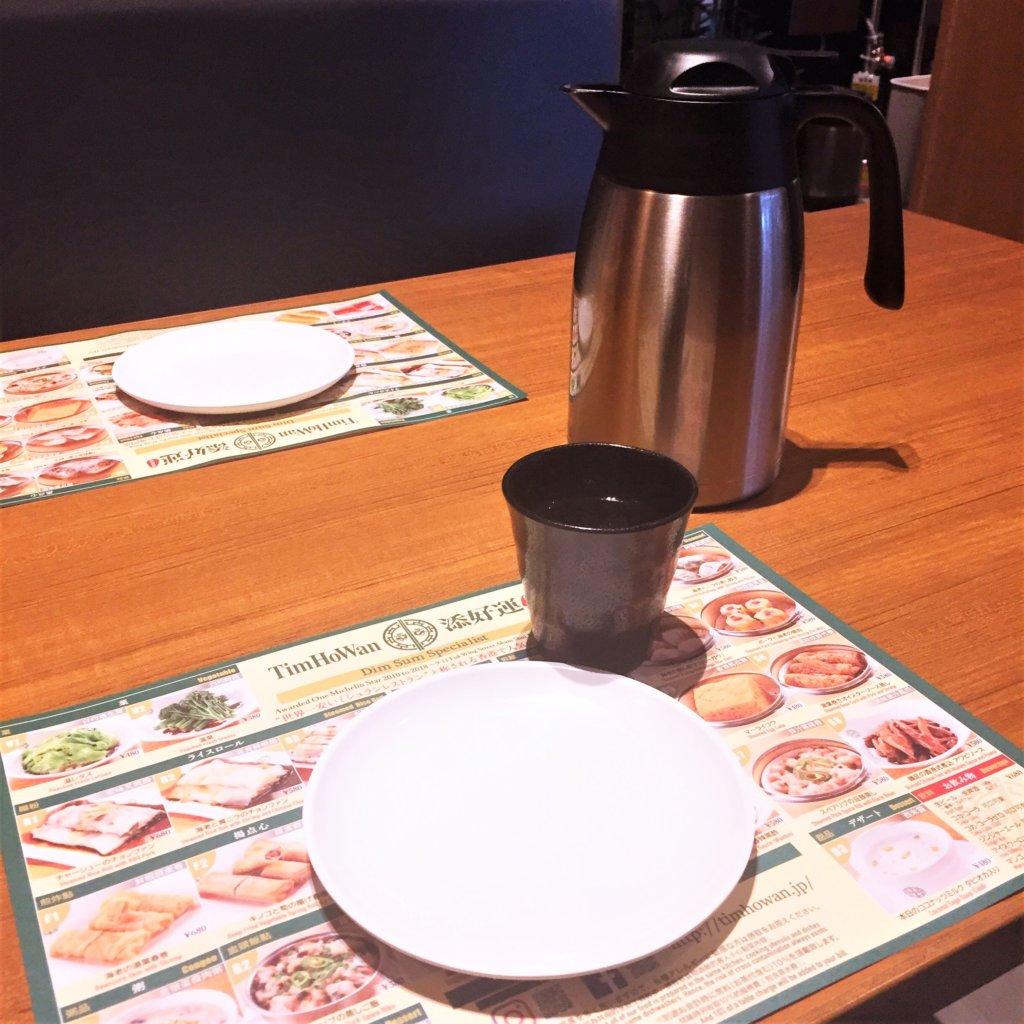 「ティム・ホー・ワ「ン(添好運 / Tim Ho Wan)」のテーブル。席料にお茶代も含まれているのが嬉しいです。