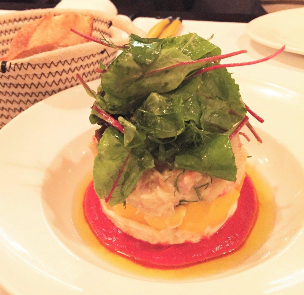 浜松町「オデリスドドディーヌ」のいつかの日替わりメニューの前菜。カニ、マンゴー、トマトの組み合わせが夏にぴったりの一品でした。