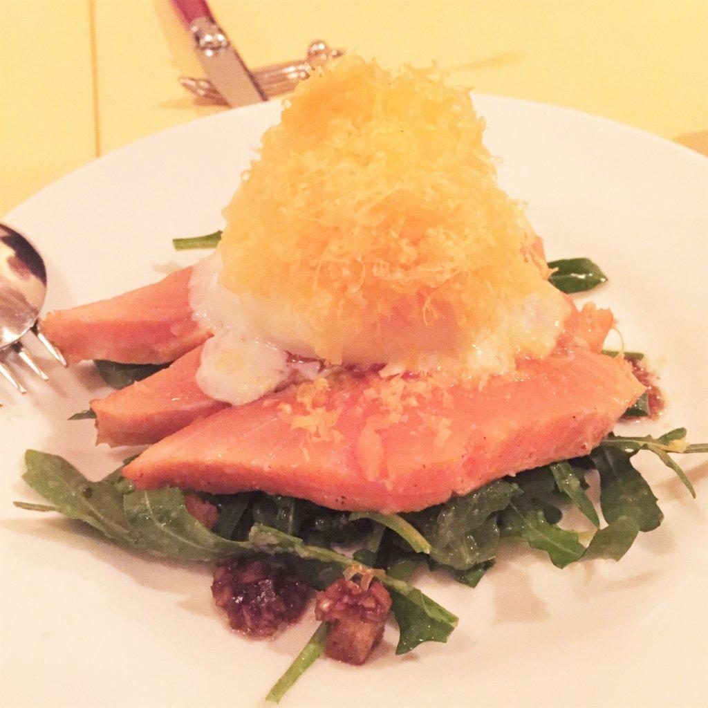 浜松町「オデリスドドディーヌ」の日替わりメニューの前菜。サーモン、温泉卵、ミモレットチーズがベストマッチ!