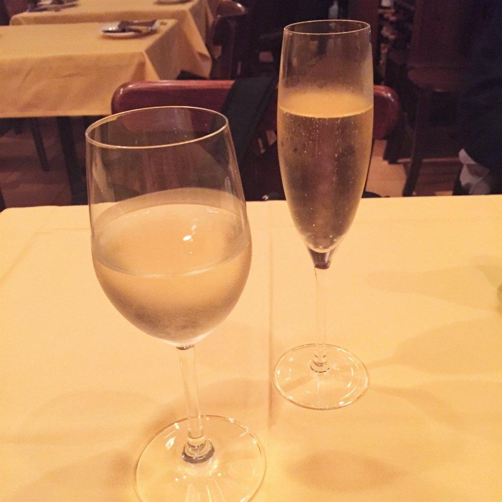 浜松町「オデリスドドディーヌ」のスパークリングワイン(850円)と白ワイン(700円~)。