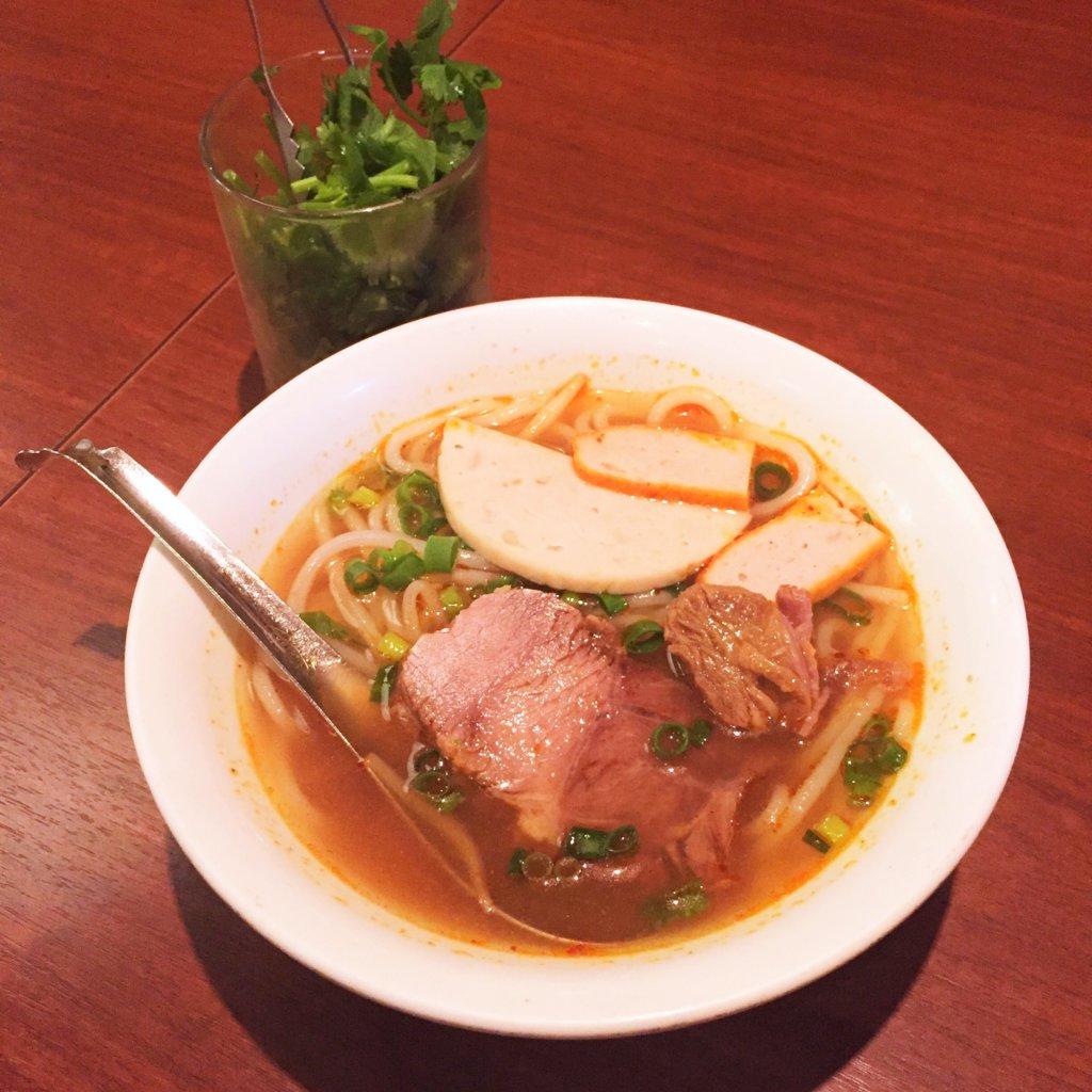 新橋「ベトナムフロッグ」の「ブン・ボー・フエ(フエ風牛肉麺、950円)」