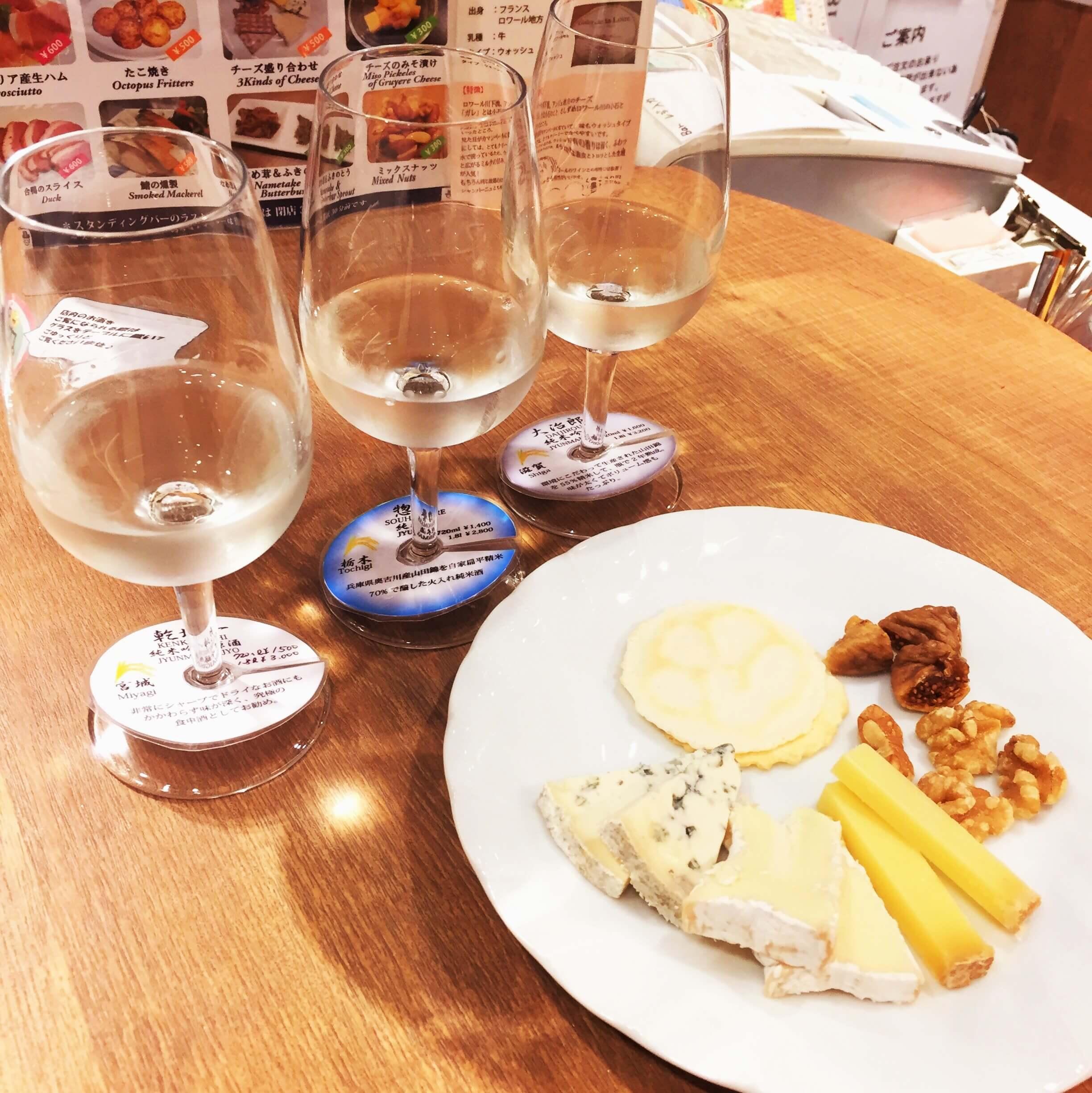 銀座「君嶋屋」の「日本酒飲み比べセット(650円)」と「チーズ盛り合わせ(500円)」