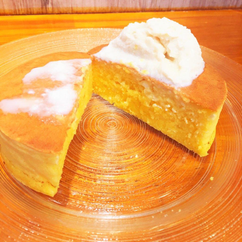銀座「雪ノ下」の「よつ葉クリームチーズのパンケーキ 自家製練乳アイスを添えて(800円)」の断面。