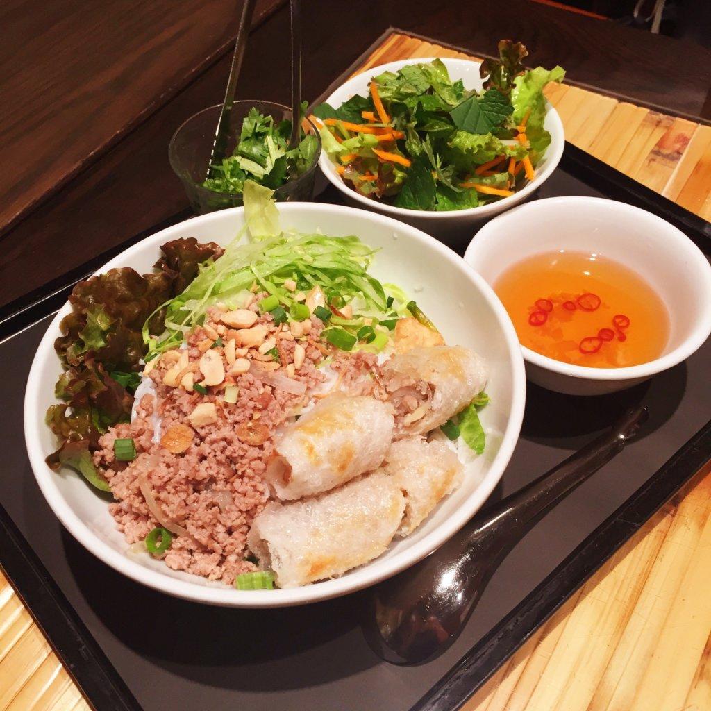 新橋「ベトナムフロッグ」のランチ「揚げ春巻きとひき肉炒めのせブン(930円)」