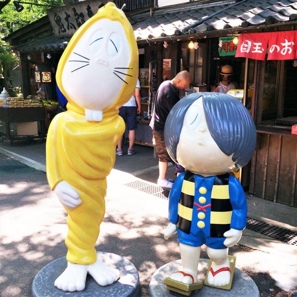 深大寺の「鬼太郎茶屋」のお店の前にいる鬼太郎とねずみ男