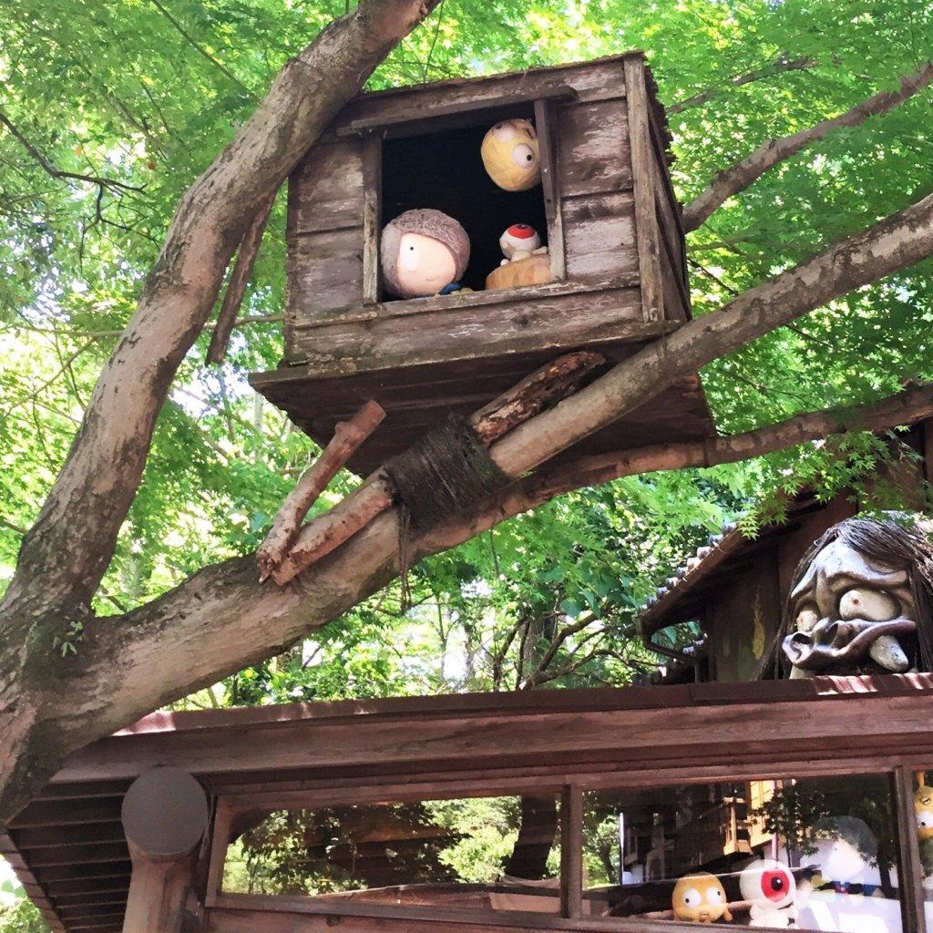 深大寺の「鬼太郎茶屋」の屋根の上の方から鬼太郎たちがこちらを見ています(笑)