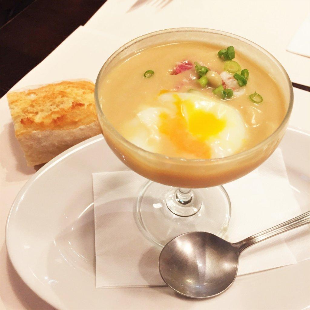 吉祥寺のビストロ「パッサテンポ」の前菜「クレームオニオン(石神井産新玉ねぎの冷製クリーム)、半熟卵とナポリサラミ添え」