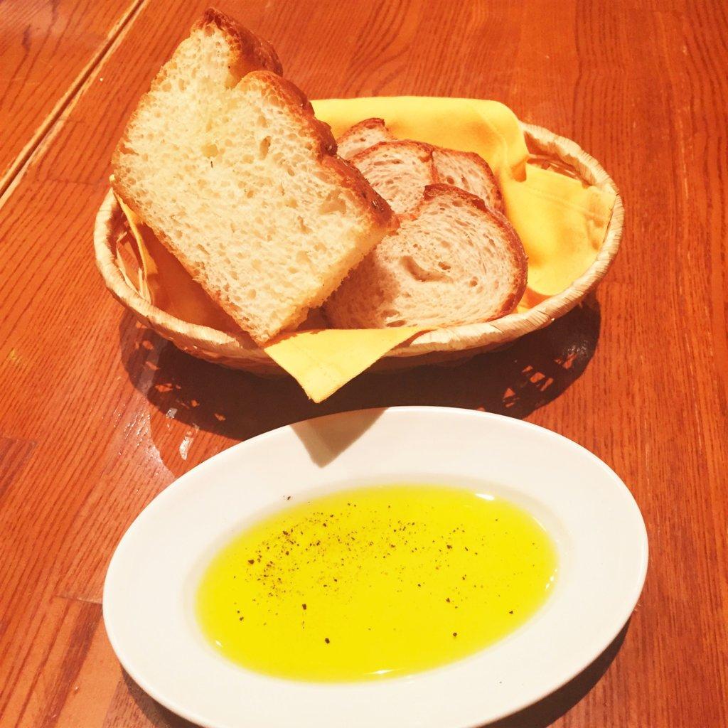 東銀座「ヴォメロ」のディナーのお通しのパン
