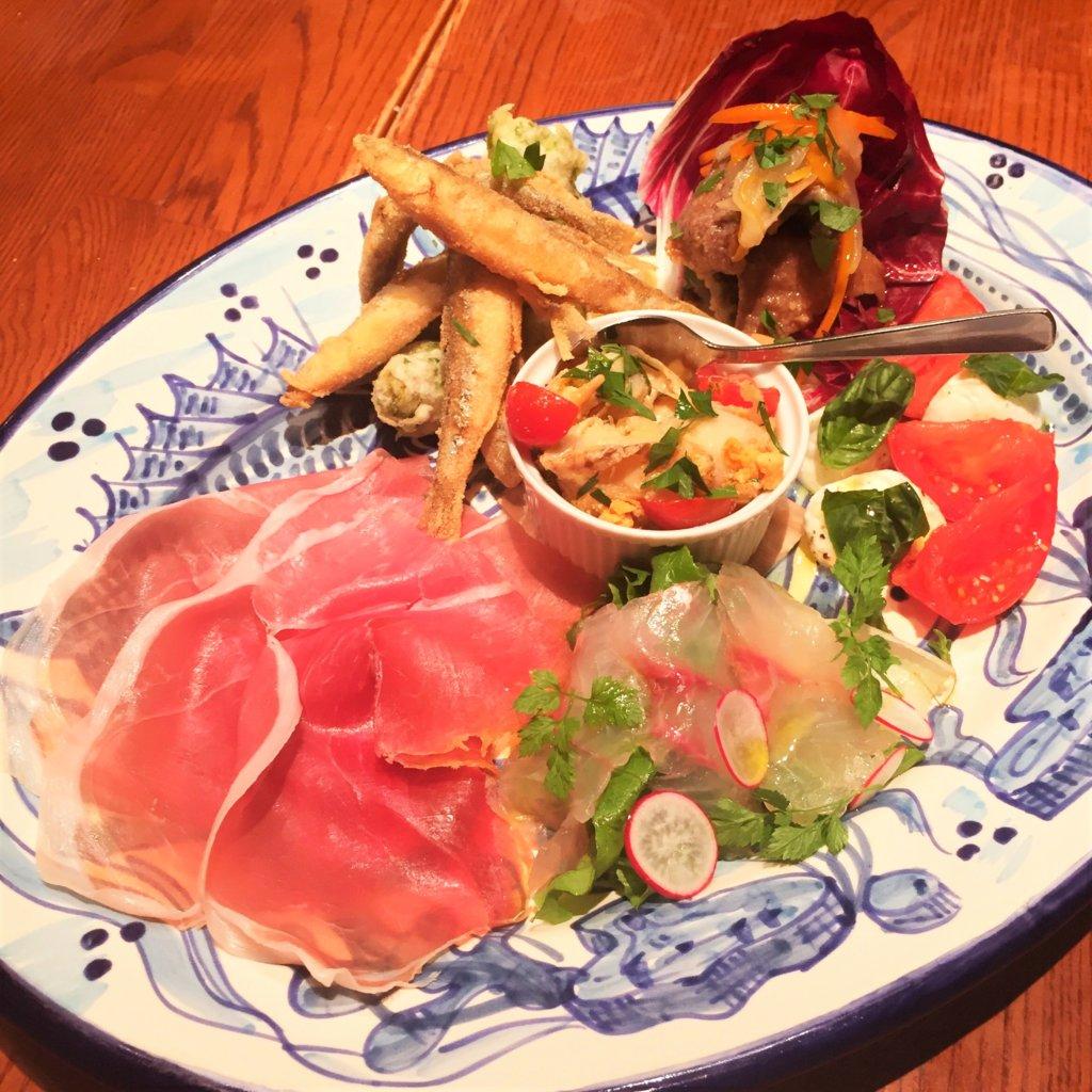 東銀座「ヴォメロ」のディナー 「プリフィックスコース 税抜3,500円 3名分」の前菜「ヴォメロ風前菜盛り合わせ」単品だと1,800円
