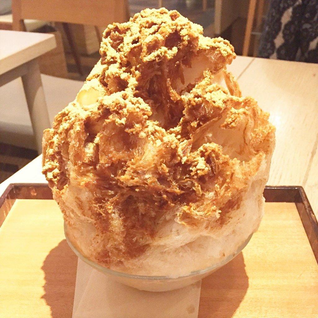 銀座一丁目にある「AKOMEYA厨房(アコメヤ)」で期間限定で提供している「日光四代目徳次郎」の「天然氷」の「黒蜜きな粉1,500円(白玉入り)」