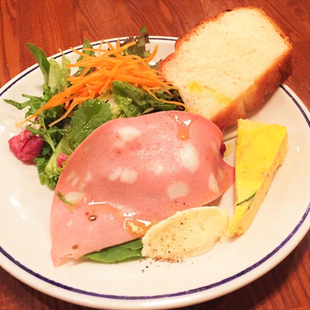 東銀座「ヴォメロ」の「平日ランチ1,080円~」の前菜付きサラダ