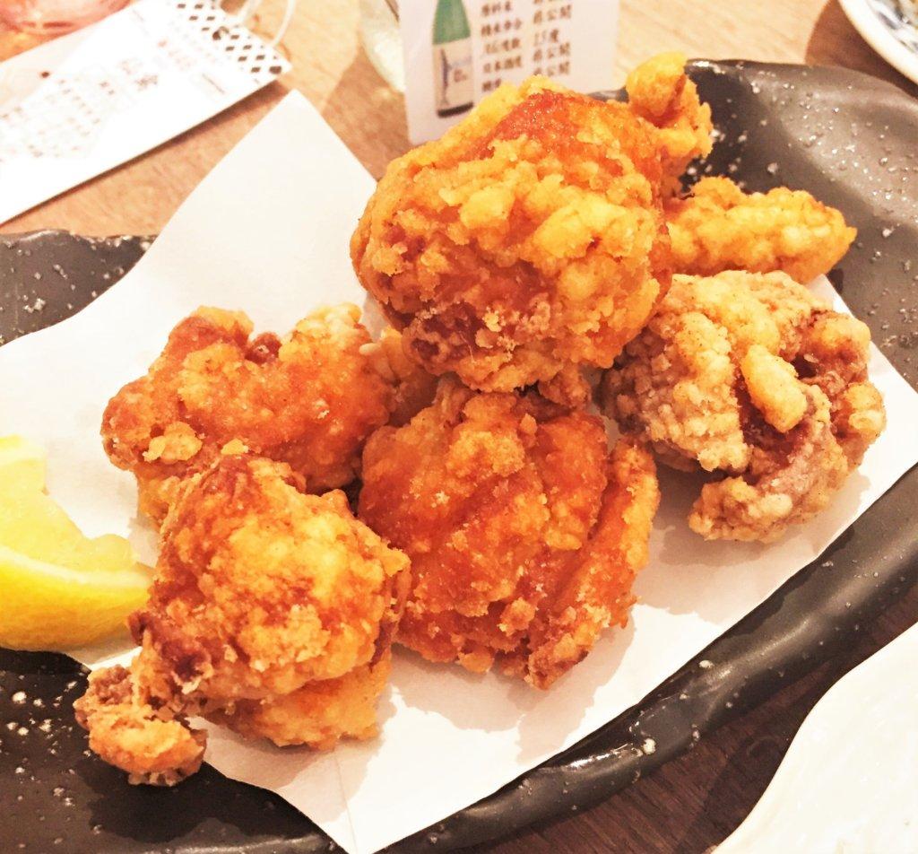 「日本酒原価酒蔵」のおすすめメニュー「酒蔵特製若鶏の唐揚げ(税抜590円)」