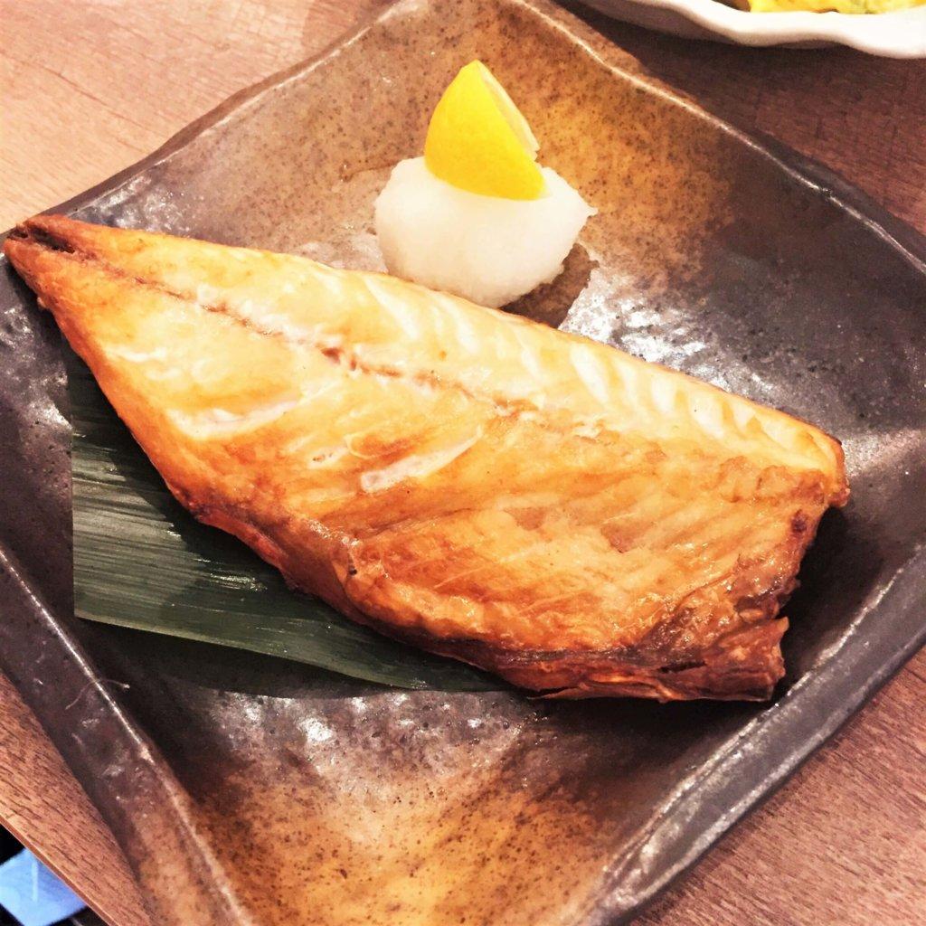 「日本酒原価酒蔵」のおすすめメニュー「塩サバの干物(税抜690円)」