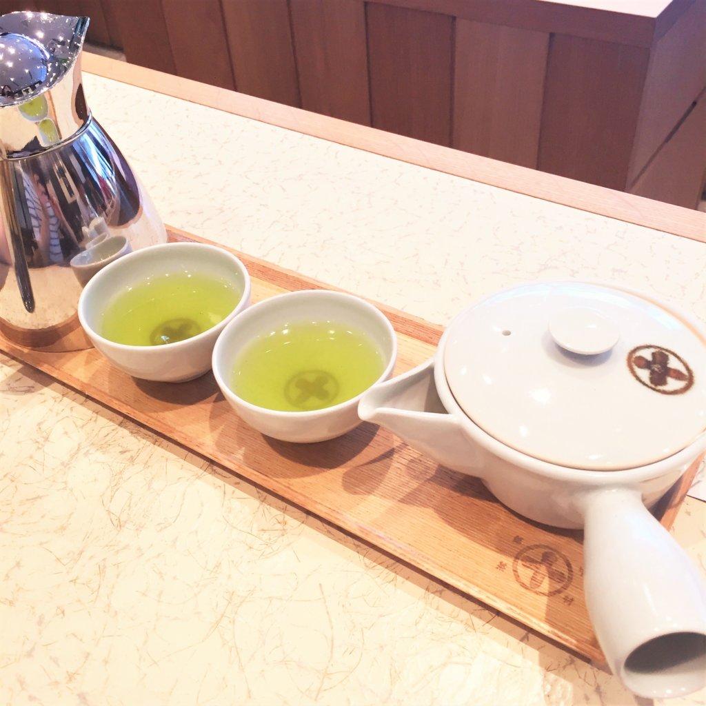 GINZA SIX 4F「中村藤吉本店 銀座店」で席に着くと提供されるお茶