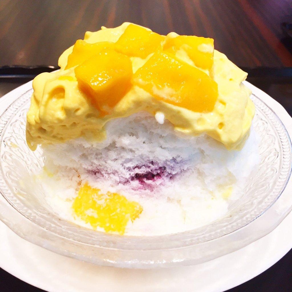「トシヨロイヅカ東京」の夏季限定「マンゴーエスプーマかき氷(950円)」なかにはブルーベリーのコンフィチュールと、角切りマンゴー、パイナップルがごろごろ入っています♪