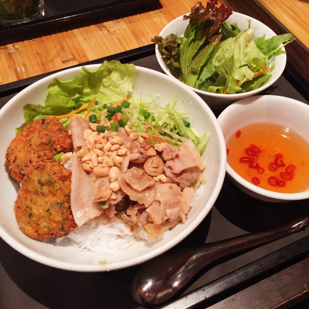 新橋「ベトナムフロッグ」のランチ「豚焼肉とえび団子のせブン(930円)」