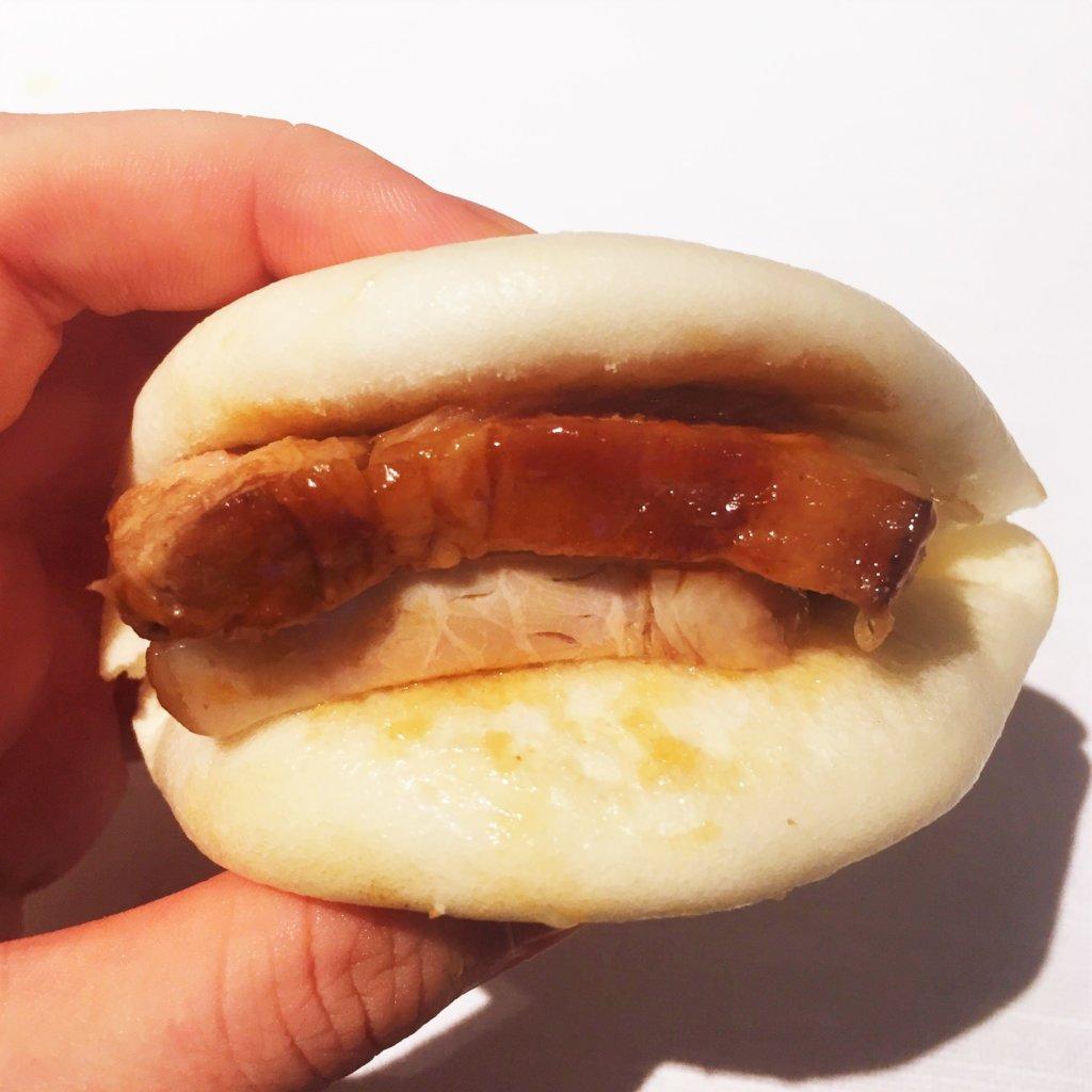コートヤード・マリオット銀座東武ホテル「フィオーレ」のNYグリル&ブッフェのディナータイムの豚の角煮とふかふかの生地で角煮まんに。角煮は2切れはさんで豪快に!