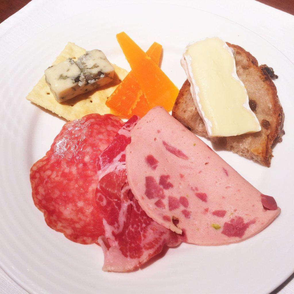 コートヤード・マリオット銀座東武ホテル「フィオーレ」のNYグリル&ブッフェのディナータイムのチーズとパンとシャルキュトリー