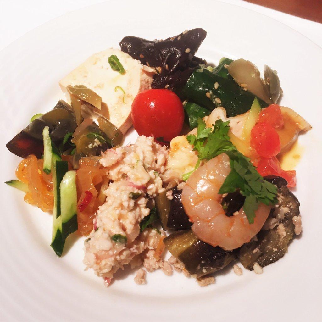 コートヤード・マリオット銀座東武ホテル「フィオーレ」のNYグリル&ブッフェのディナータイムの前菜は、中華やエスニックメニューも☆
