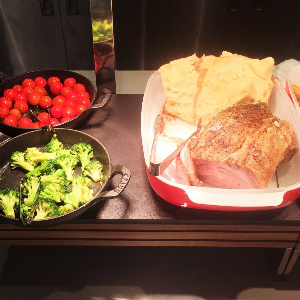 コートヤード・マリオット銀座東武ホテル「フィオーレ」のNYグリル&ブッフェのディナータイムのハーブ三元豚の塩釜焼き