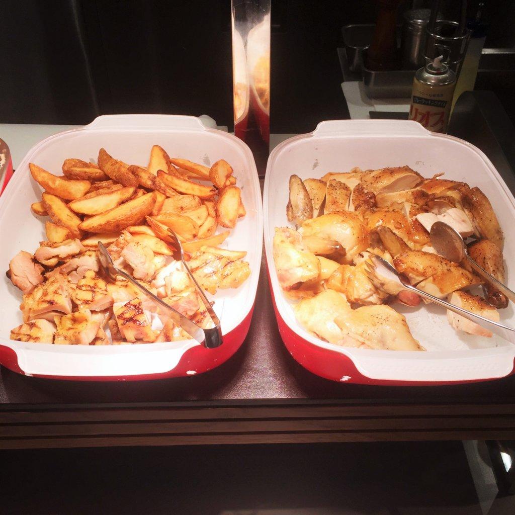 コートヤード・マリオット銀座東武ホテル「フィオーレ」のNYグリル&ブッフェのディナータイムの鶏のグリル(左)とロティサリーチキン(右)