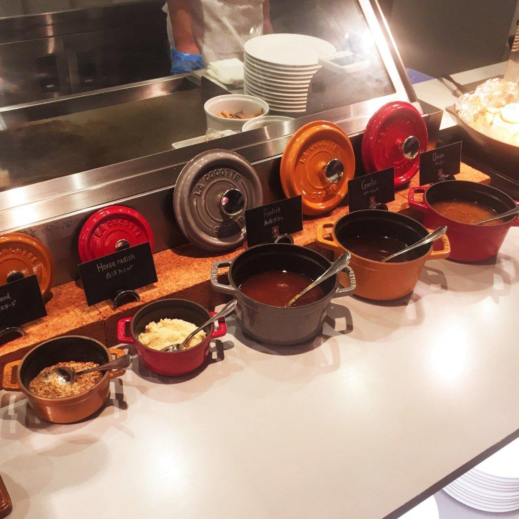 コートヤード・マリオット銀座東武ホテル「フィオーレ」のNYグリル&ブッフェのディナータイムのライブキッチンの様子