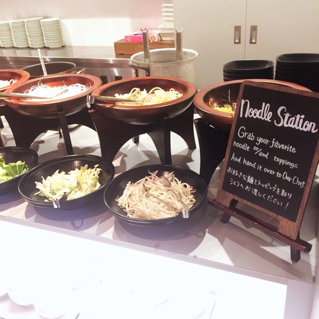 コートヤード・マリオット銀座東武ホテル「フィオーレ」のNYグリル&ブッフェのディナータイムのヌードルステーションの様子