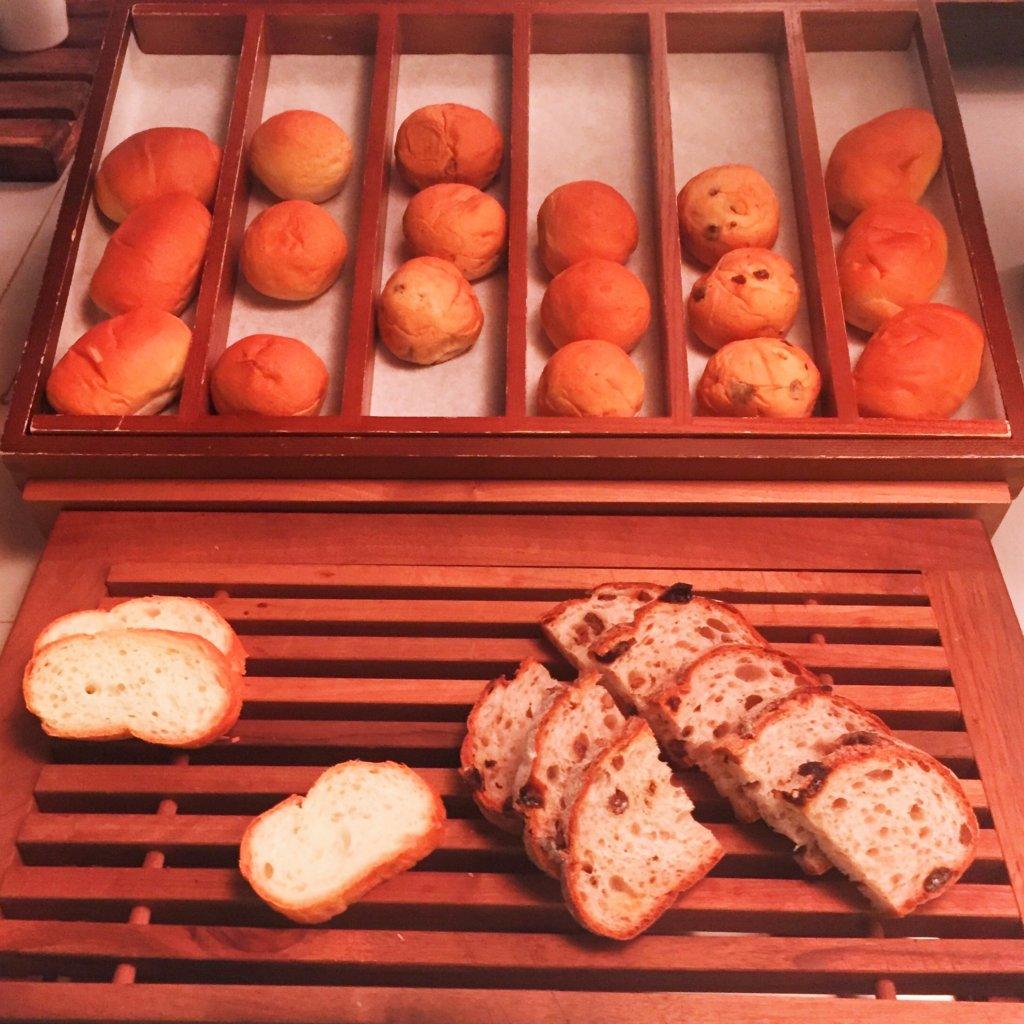 コートヤード・マリオット銀座東武ホテル「フィオーレ」のNYグリル&ブッフェのディナータイムのパンコーナー
