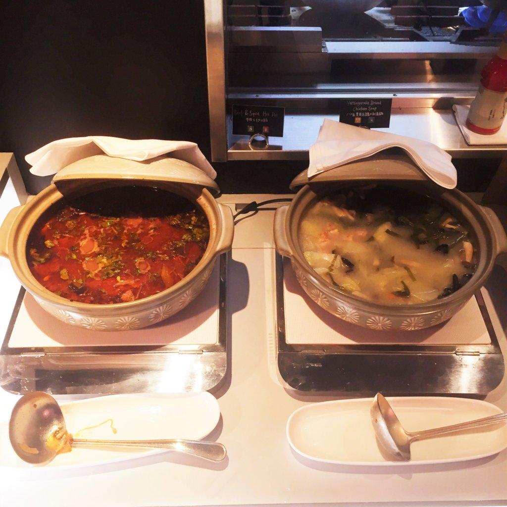 コートヤード・マリオット銀座東武ホテル「フィオーレ」のNYグリル&ブッフェのディナータイムの鍋料理。この日は牛肉とイカの辛い中華風鍋と赤鶏の白湯鍋でした♪