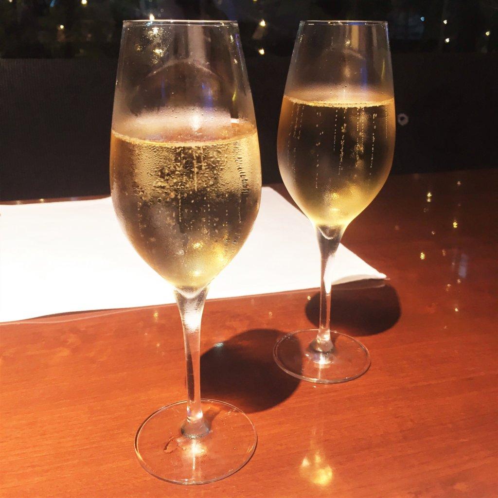 コートヤード・マリオット銀座東武ホテル「フィオーレ」のNYグリル&ブッフェのディナータイムのスパークリングワイン(950円)