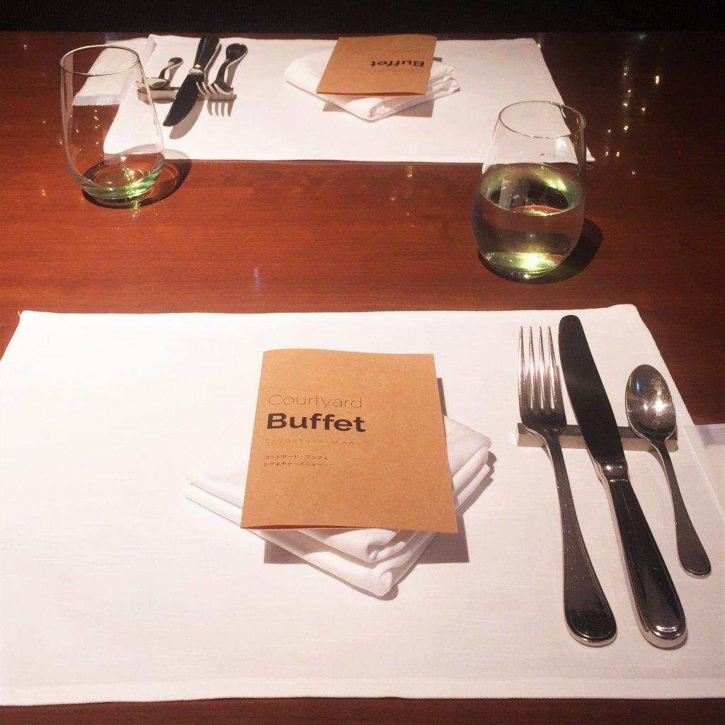 コートヤード・マリオット銀座東武ホテル「フィオーレ」のNYグリル&ブッフェのディナータイム。テーブルセッティング♪