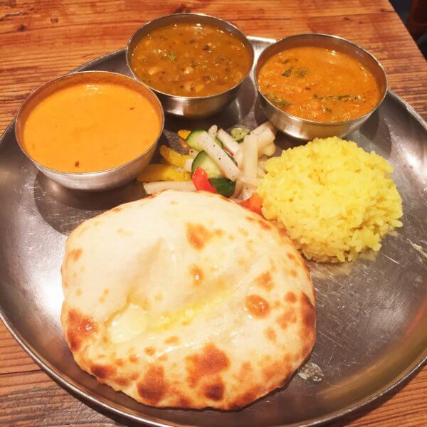 銀座北インド料理専門店「グルガオン」の平日ランチ「3色カレーセット1,050円」+100円でナンをチーズクルチャに変更♪3種のカレーは日替わりです☆