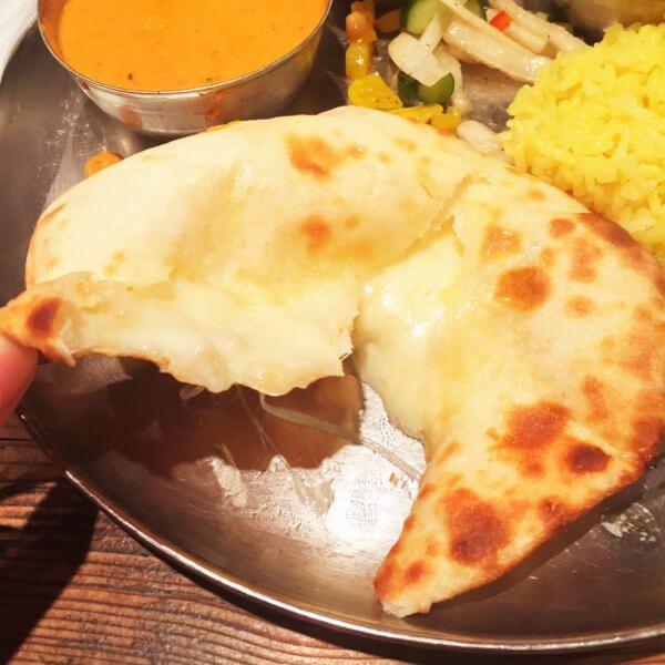 銀座北インド料理専門店「グルガオン」は1人でも入りやすい☆いつも一人でこうやってチーズナンを美味しく頂いています(笑)
