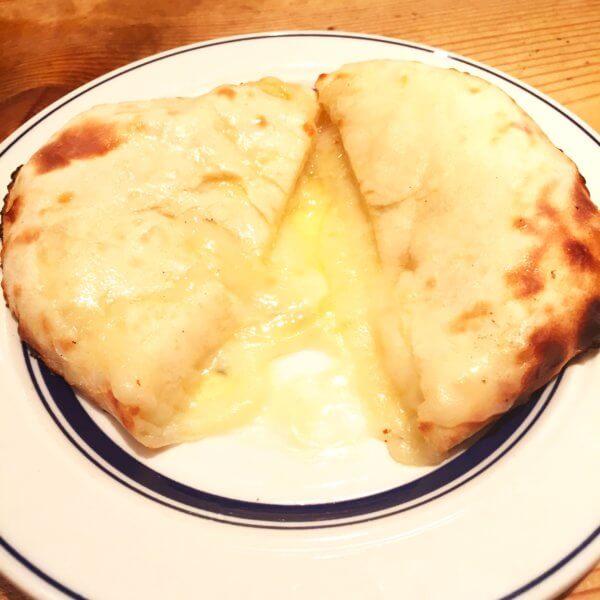 銀座北インド料理専門店「グルガオン」の「ホリデーランチ2,200円」と「グルガオンディナー2,900円」のチーズクルチャ♪何回でものせます(笑)