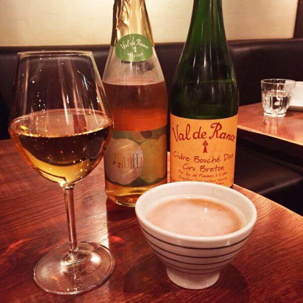 銀座「ブレッツカフェ クレープリー」の「シードル650円~」右が甘口、左が青リンゴのシードルです♪