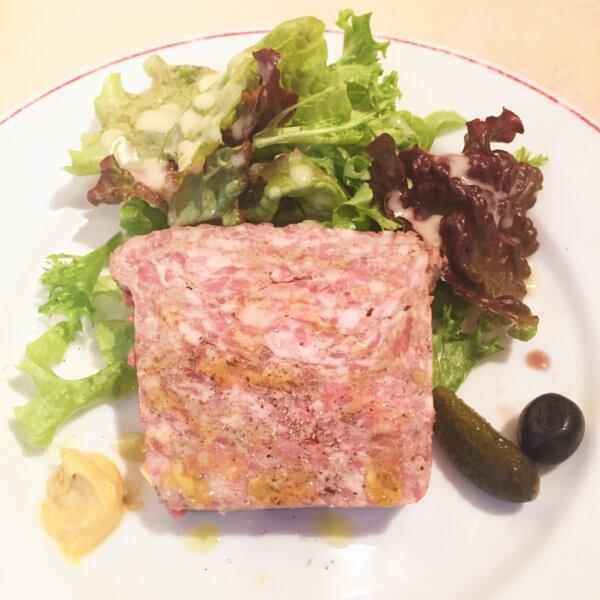 銀座・東銀座エリアにある人気ビストロ「パリのワイン食堂」の土日祝ランチ1,500円オードブル「自家製 田舎風お肉のパテ サラダ添え」