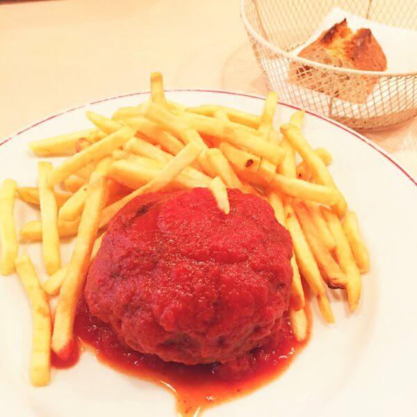 銀座・東銀座エリアにある人気ビストロ「パリのワイン食堂」の平日ランチ「牛100%ハンバーグ(230g)トマトソース 付け合わせはフライドポテトorサラダ」