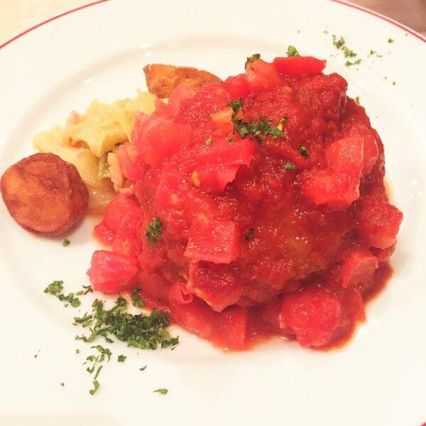 銀座・東銀座エリアにある人気ビストロ「パリのワイン食堂」の平日ランチ「鹿肉のメンチカツ フレッシュトマトソース」